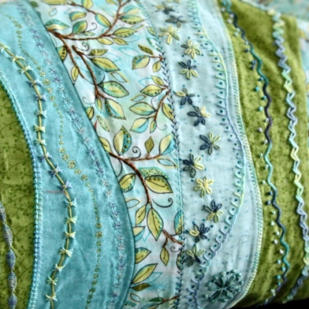 Embroidered curves cushion oliven